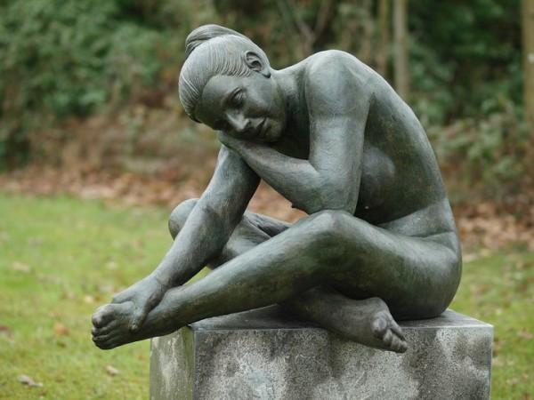 Larissa | Akt sitzende Frau Bronzefigur