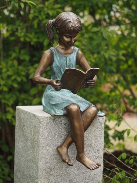 Mädchen Linda lesend als Bronzefigur