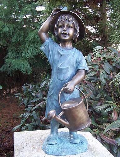 Mädchen Janna mit Gießkanne als Wasserspeier Bronzeskulptur