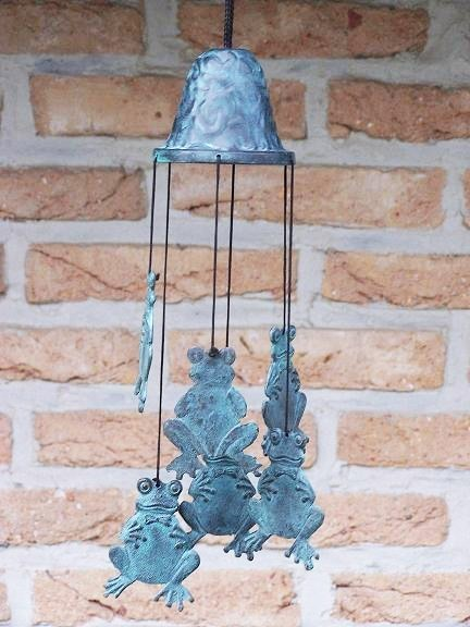 Windspiel aus Bronze mit Froschfiguren