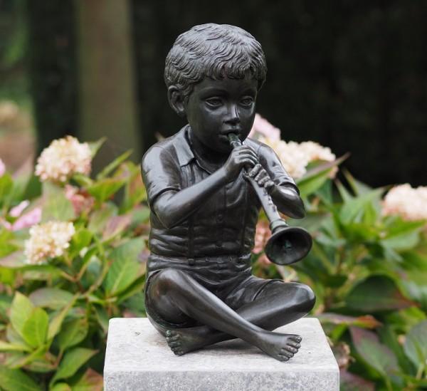 Junge Elias spielt Querflöte als Wasserspeier Bronzeskulptur