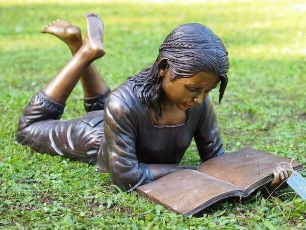 Mädchen Hera liest Buch liegend als Bronzeskulptur