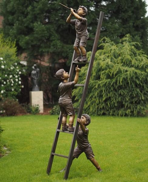 Drei Lausbuben mit Leiter als Bronzeskulptur