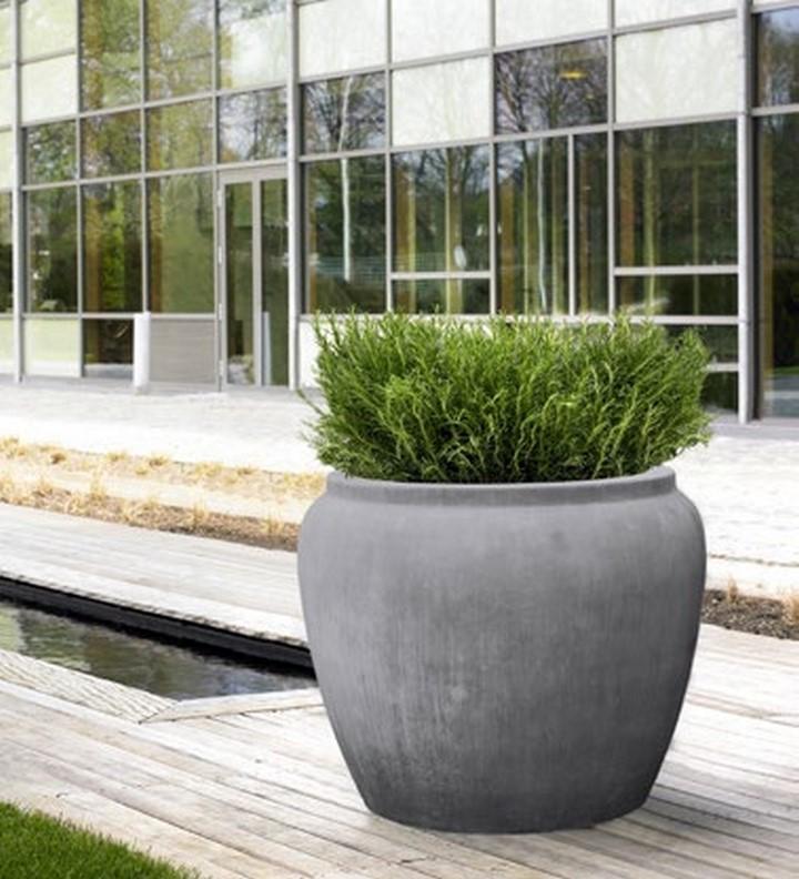 Water-jar-rund-grau-xxl-pflanzkuebel-stimmungsbild