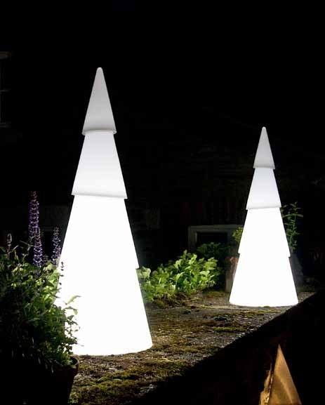 Die Außenleuchte in Form einer Laterne kann auch aus Holz bestehen