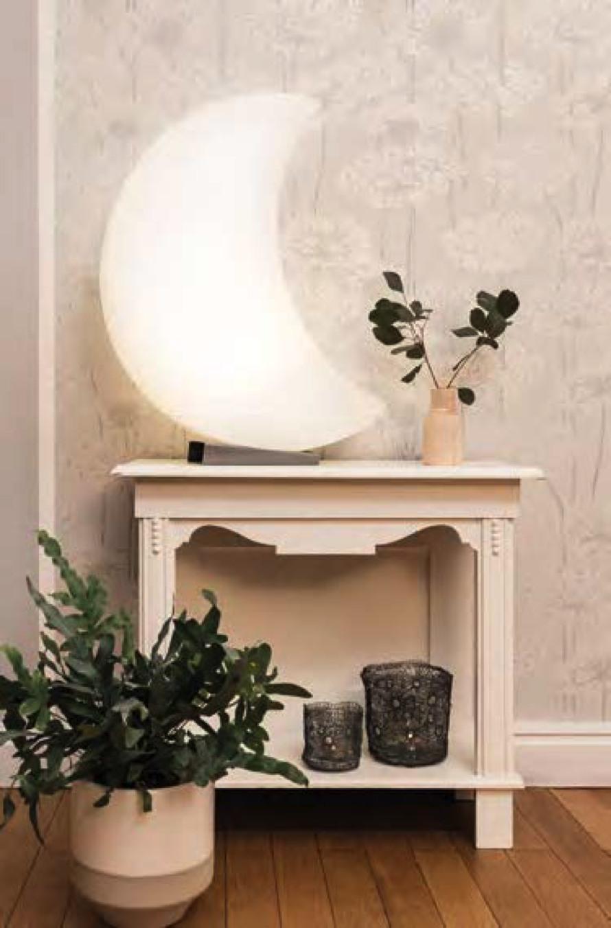 shinning-moon-halbmond-lampe-8-seasons-design-stimmungsbild.jpg